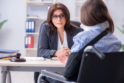 עורך דין תאונות עבודה בפגישה עם נפגעת